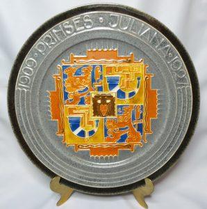 Bord 18e verjaardag prinses Juliana 1909-1927. Plateelfabriek Zuid-Holland. Dit bord is in verschillende kleuren gemaakt.
