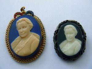 Twee camee broches Koningin Wilhelmina 1948