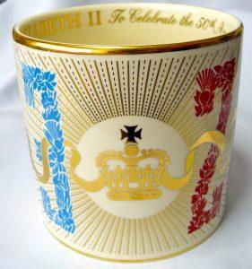De laatste beker ontworpen door Guyatt uit 2003 t.g.v het gouden jubileum van Koningin Elizabeth II (uitgebracht in twee kleuren)