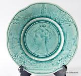 """Groen majolica bord gemaakt in Frankrijk met """" Reine Wilhelmine"""" 1898 door Sarreguemines."""