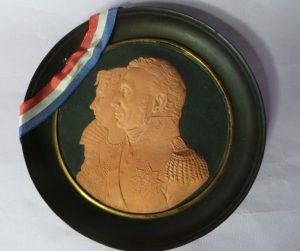 plaquette van papier maché met portretten van Wilhelmina van Pruisen en Koning Willem I ca 1815.