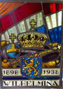 de regalia afgebeeld op een glas en lood raamhanger t.g.v het regeringsjubileum van Wilhelmina in 1938