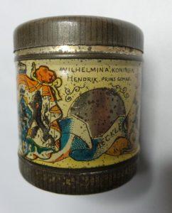 ponsdoosje gemaakt t.g.v het huwelijk van Koningin Wilhelmina & prins Hendrik 1901. Op de deksel stond aan de ene zijde het portret van Wilhelmina en aan de andere kant die van Hendrik