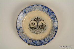 bord gemaakt ter herdenking van het zilveren huwelijksfeest van Koning Willem III en Koningin Sophie 1864