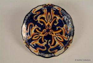 L. Cachet bord in oker en donkerblauw