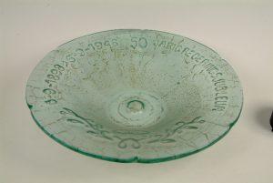 Glazen schaal uitgereikt aan de toenmalige ministers in 1948 t.g.v het gouden jubileum van Koningin Wilhelmina.