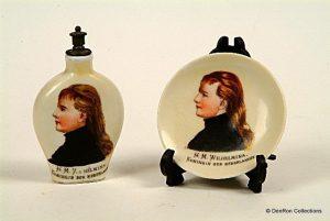 parfumflesje & klein bordje met Wilhelmina in rouwkleding 1891