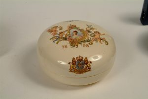 Bonbonniere Koningin Wilhelmina 1898 gemaakt in Frankrijk door Sarreguemines.
