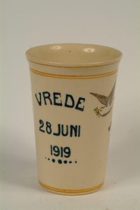beker gemaakt ter herinnering aan het officieel einde van WW1 de vrede van Versailles 1919