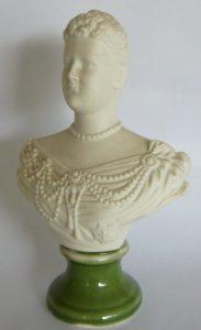 Porselein borstbeeldje van Koningin Emma 1879