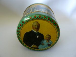 sponsdoosje uit 1909 met afbeeldingen Koninklijke familie met prinsesje Juliana