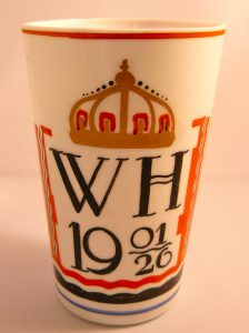 Glas ontworpen door A. J van Kooten y.g.v het 25 jarig huwelijksfeest Koningin Wilhelmina & Prins Hendrik 1926.
