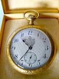 """voorkant horloge met """"Je Maintiendrai"""" op de rand."""
