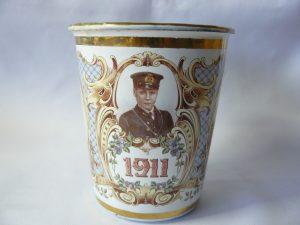 Emaille beker gemaakt t.g.v de inhuldiging van Edward als Prins van Wales 1911.