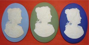 3 plaquettes gemaakt door Wedgwood Engeland voor de inhuldiging van Koningin Wilhelmina in 1898.