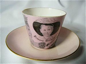 kop en schotel in roze.