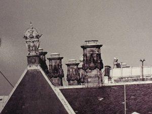 Koningin Wilhelmina aan het schilderen op dak van het paleis