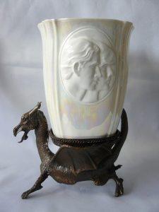 Kelk gemaakt van fijn porselein in luster glazuur . De kelk is gezeten in een bronzen draak ( de draak is het symbool van Wales). De kelk is gemaakt door een kleine studio in Worcester en is uitgegeven in een zeer beperkte oplage.