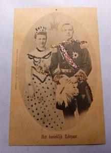 Kaart van Koningin Wilhelmina & prins Hendrik uit 1901 t.g.v hun huwelijk versierd met glitters.