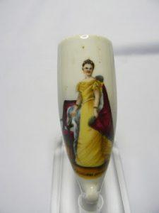 Porselein pijp kop, Wilhelmina afgebeeld in een gele japon.